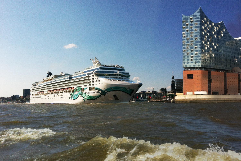 Hamburger Hafen, Elbphilharmonie und die Norwegian Jade