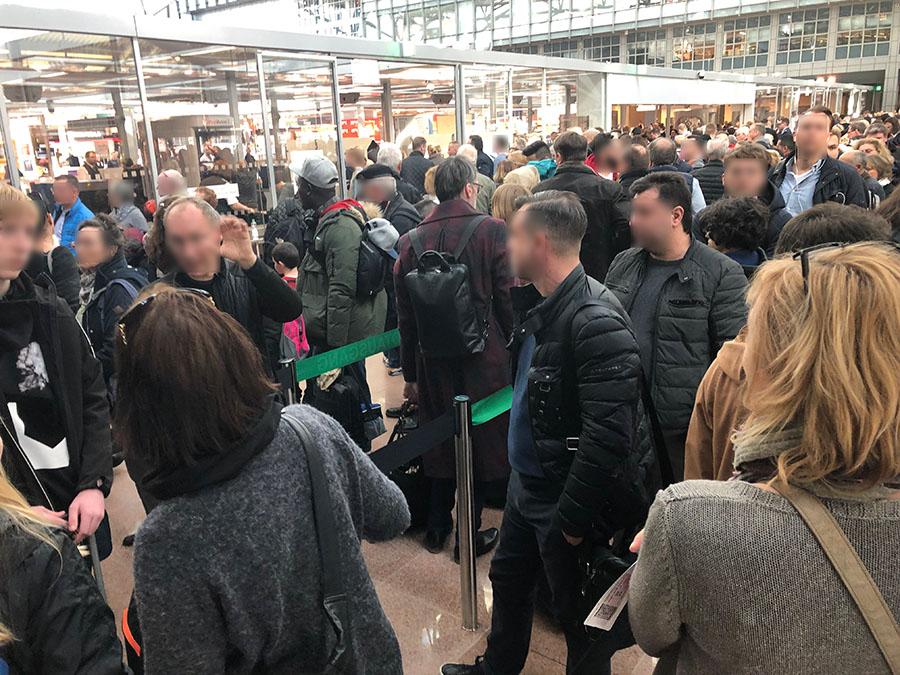 Der Horror: Dichtgedrängte Menschen vor den Flughafenkontrollstellen werden zum unkalkulierbaren Zeitfaktor, wenn man auf die Schnelle einen (Anschluss-) Flug erwischen muss ©Regina Fischer-Cohen