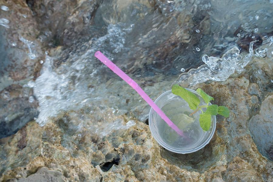 Alles fließt. Ein eisgekühlter Mojito am Meer ist ein Genuss, nur will er irgendwann mit Nachdruck wieder aus dem Körper heraus. Was tun, wenn keine Toilette in der Nähe ist? ©Regina Fischer-Cohen